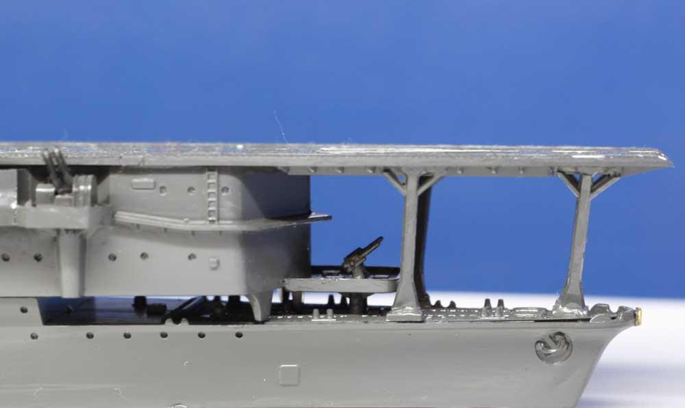 三段式の甲板を最上部一段のみに改装した艦首部