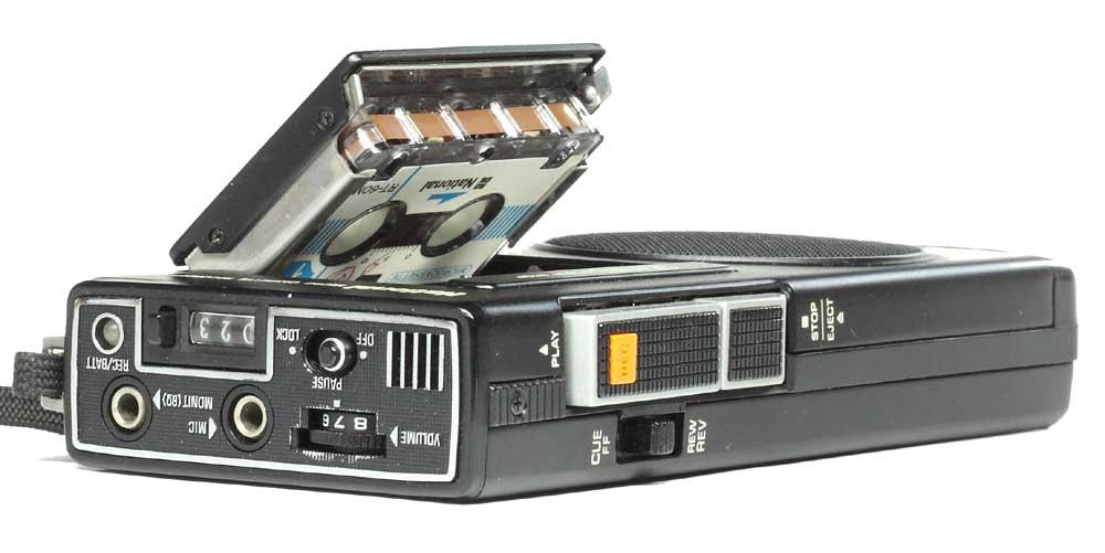 マイクロカセットテープを装着